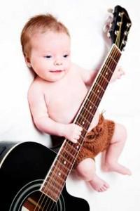 Baby-spielt-Gitarre-zu-jung