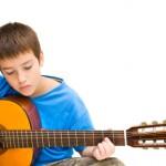 Junge-spielt-Gitarre