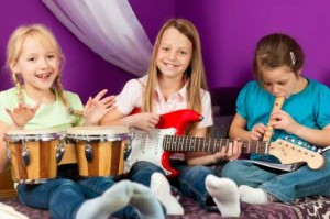 Kinder-singen-Kinderlieder-Gitarre