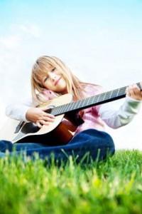 Teenager-Maedchen-spielt-Gitarre