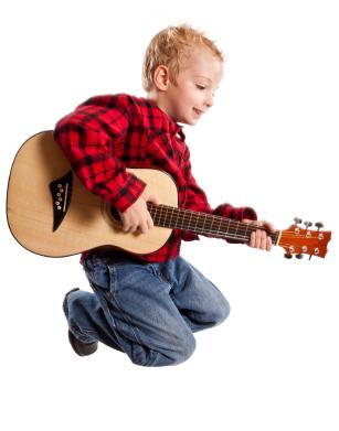 Ein Kind mit Gitttare