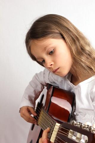 maedchen_spielt_gitarre